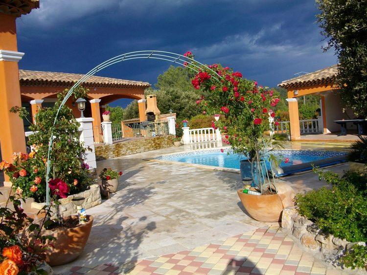 Villa de plain pied avec piscine et vue dégagée sur 2845 m2 de terrain clos